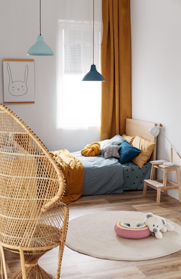 Stilvoller Schlafzimmerentwurf des blaues und orange Kindes in der hellen Wohnung stockfoto
