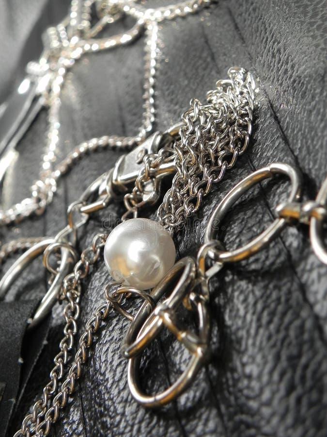 Stilvoller Stahlkettengurt und Perle stockfotografie