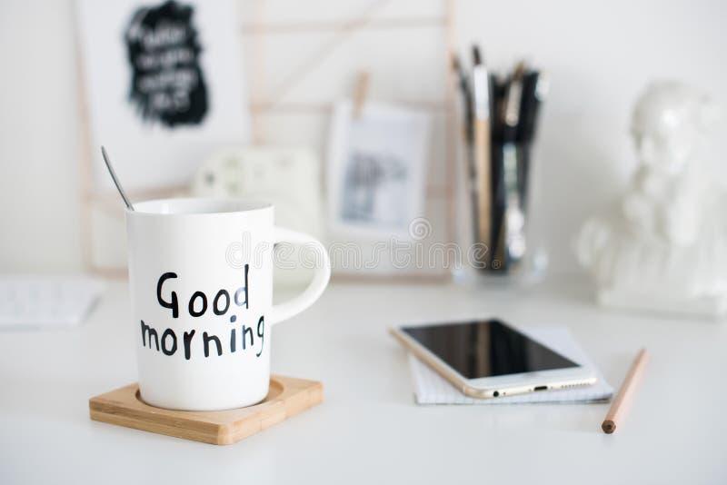 Stilvoller weißer Desktop, Innenministeriuminnendetails mit Kaffee stockfotos