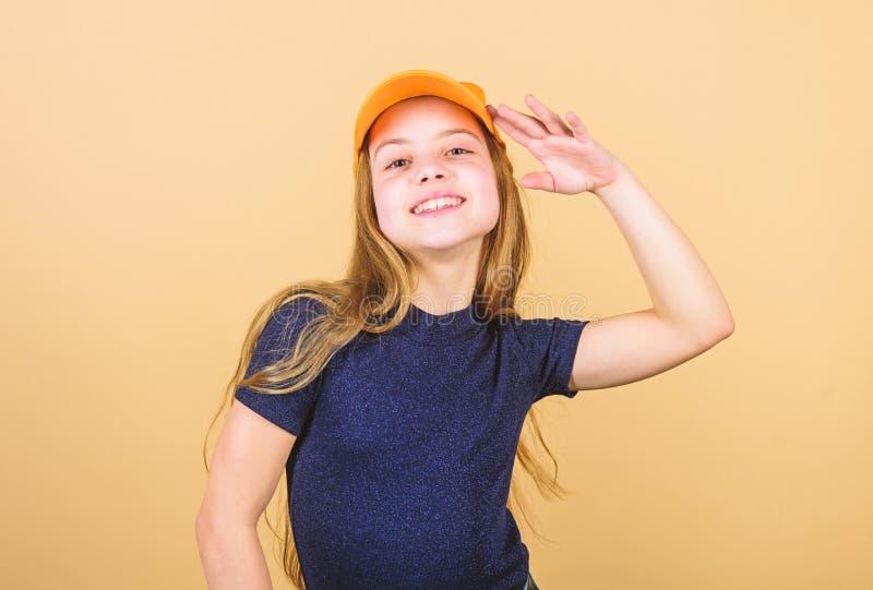 Stilvoller Zusatz Kindart und weise F?hlen ?berzeugt mit dieser Kappe Abnutzungs-Kappen- oder Hysteresenhutbeige des M?dchens net lizenzfreies stockfoto