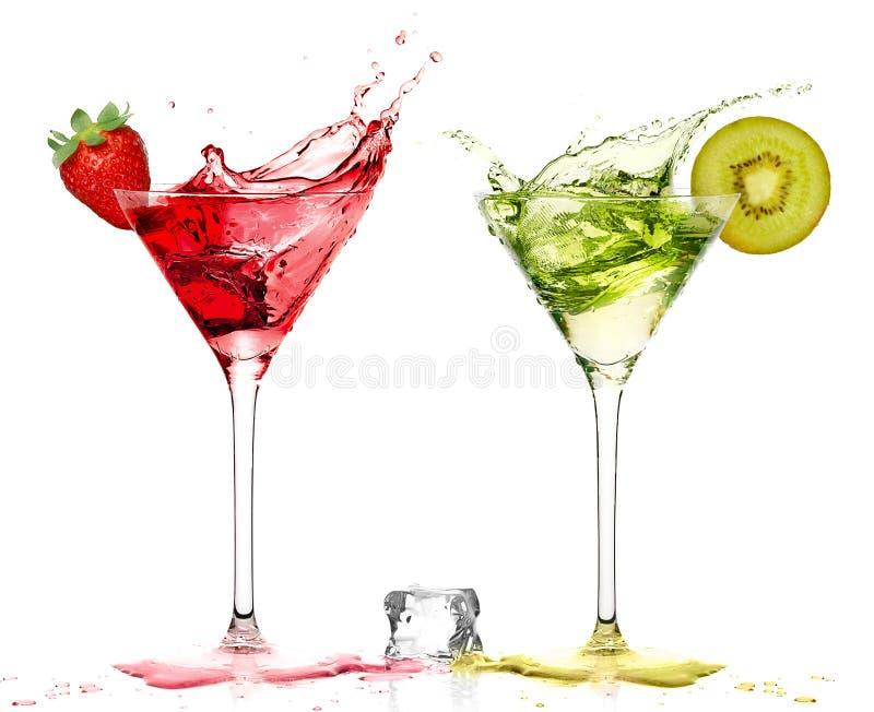 Stilvolles Cocktail-Glas mit Erdbeere und Kiwi Liquor Splashing lizenzfreies stockbild