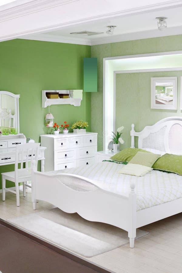 Stilvolles Grünes Schlafzimmer Mit Doppelbett Stockbild - Bild von ...