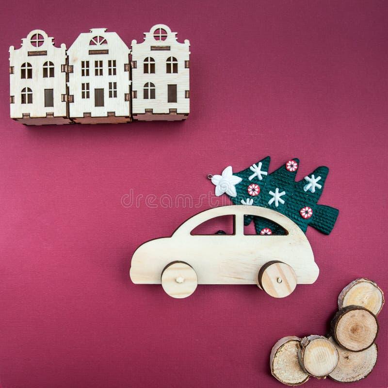 Stilvolles hölzernes Auto mit einem Weihnachtsbaum lizenzfreie stockbilder