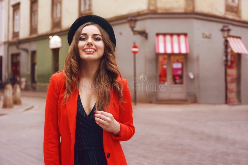 Stilvolles Hippie-Mädchen, das vor der alten Straße in der Stadt aufwirft Modisches Modell der jungen Frau Straßenmodekonzept, tr stockbilder