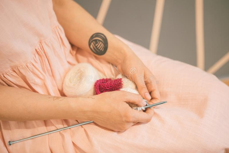 Stilvolles Hippie-Stricken Entspannte fantastische warme rosa Farben lizenzfreies stockfoto