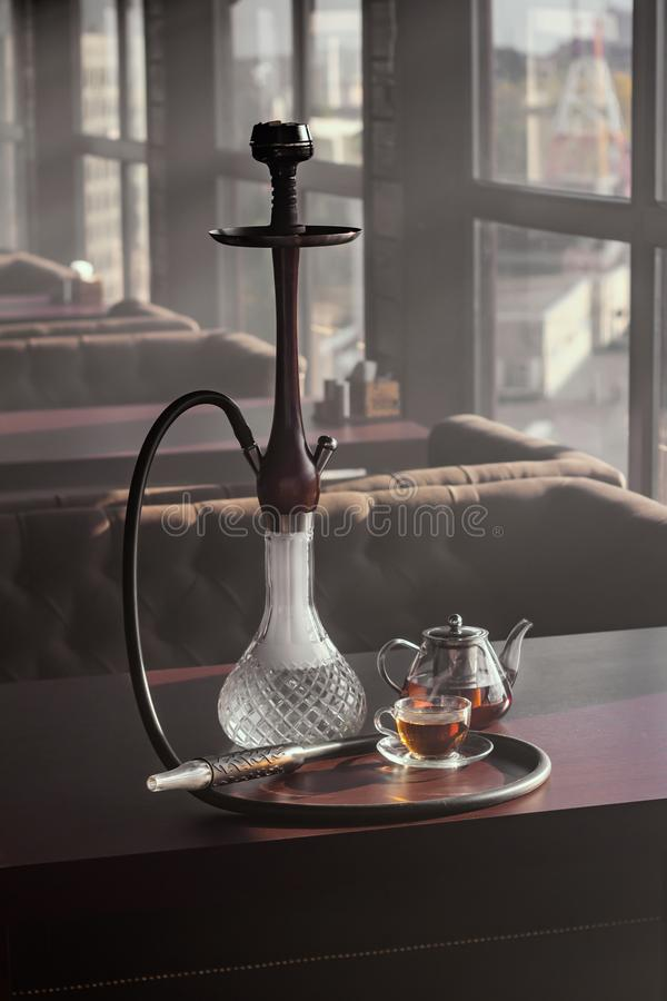 Stilvolles Hukaglas und Teekessel stockbilder
