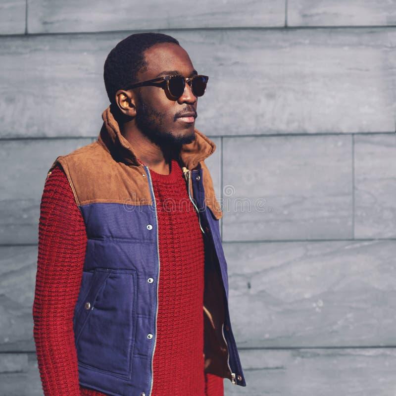 Stilvolles junges afrikanisches Manntragen der Porträtmode Sonnenbrille stockfotos