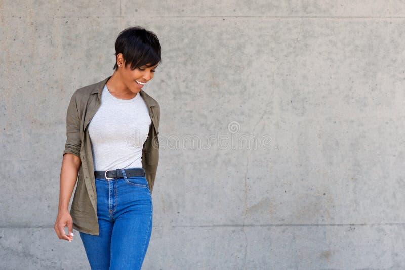 Stilvolles junges afrikanisches weibliches Mode-Modell gegen Wand lizenzfreie stockfotos