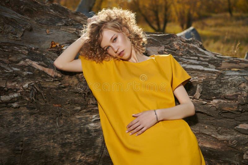 Stilvolles junges Mädchen stockfotos