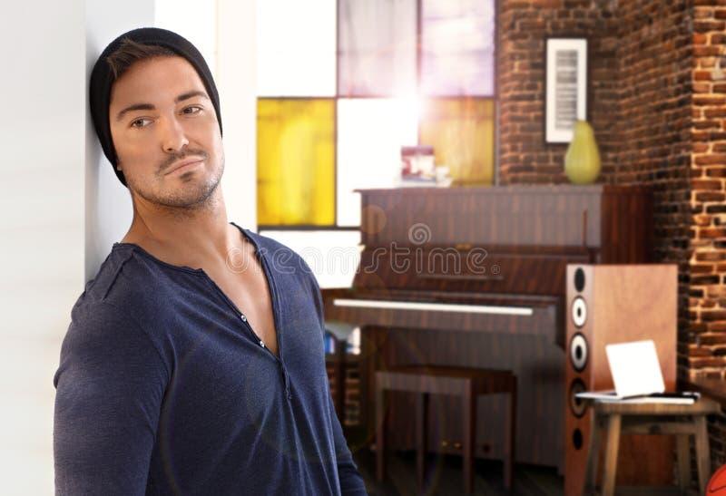Stilvolles Klavier des jungen Mannes zu Hause im Hintergrund lizenzfreie stockfotografie