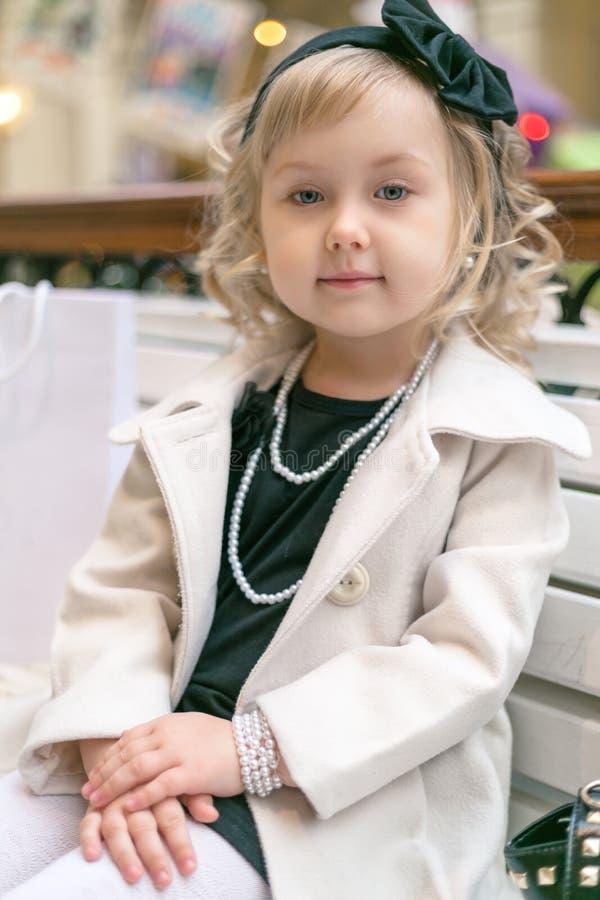 Stilvolles kleines Mädchen stockfotografie