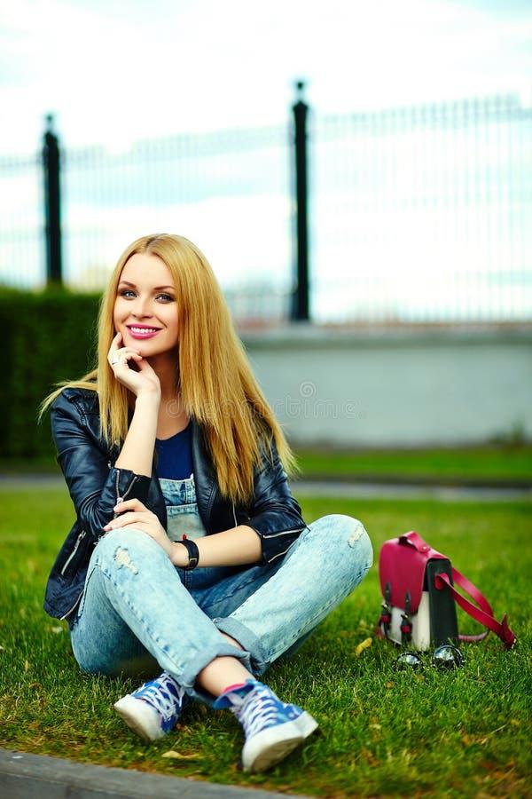 Stilvolles lächelndes Mädchen im zufälligen Stoff im Stadtpark lizenzfreie stockfotos