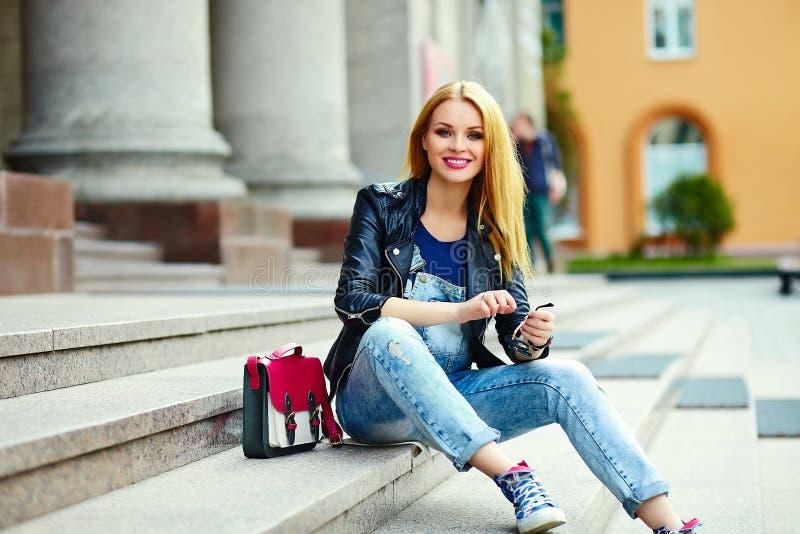 Stilvolles lächelndes Mädchen im zufälligen Stoff im Stadtpark lizenzfreie stockbilder