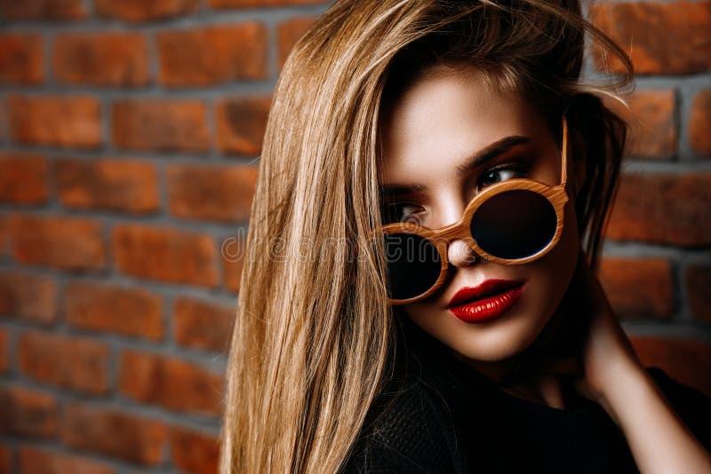 Stilvolles Mädchen in den Sonnenbrillen stockfoto