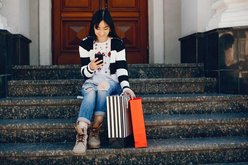Stilvolles Mädchen in einer Stadt lizenzfreie stockbilder