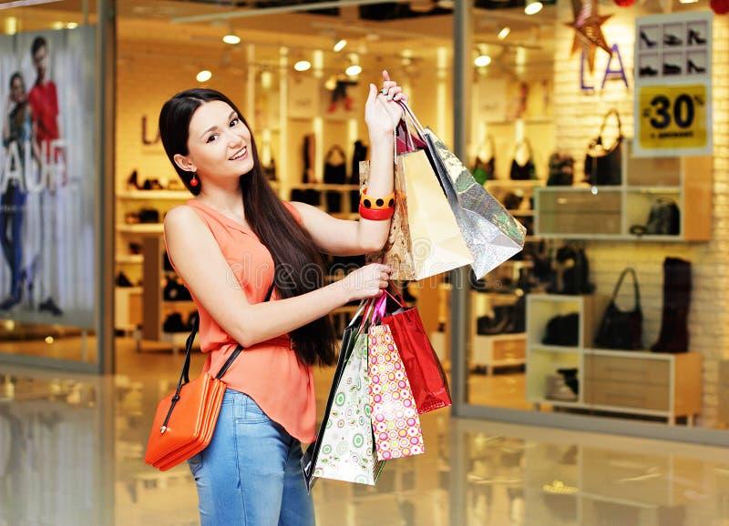 Stilvolles Mädchen mit dem Einkaufen lizenzfreie stockbilder