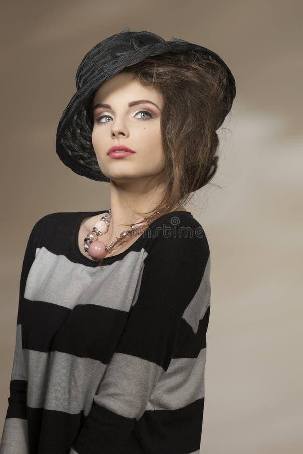 Stilvolles Mädchen mit reizendem Hut stockfotografie