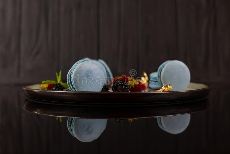Stilvolles Nahrungsmittelfoto, Lavendel macarons lizenzfreie stockfotos