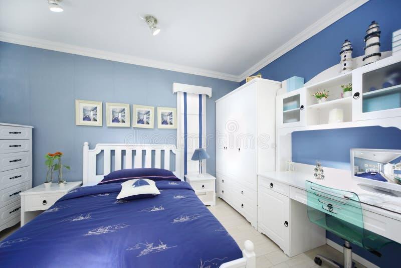 Stilvolles rosa Schlafzimmer für Jungen stockbilder