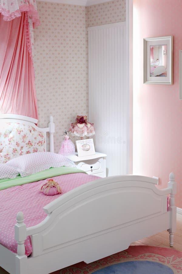 Stilvolles rosafarbenes Schlafzimmer mit doppeltem Bett stockfoto