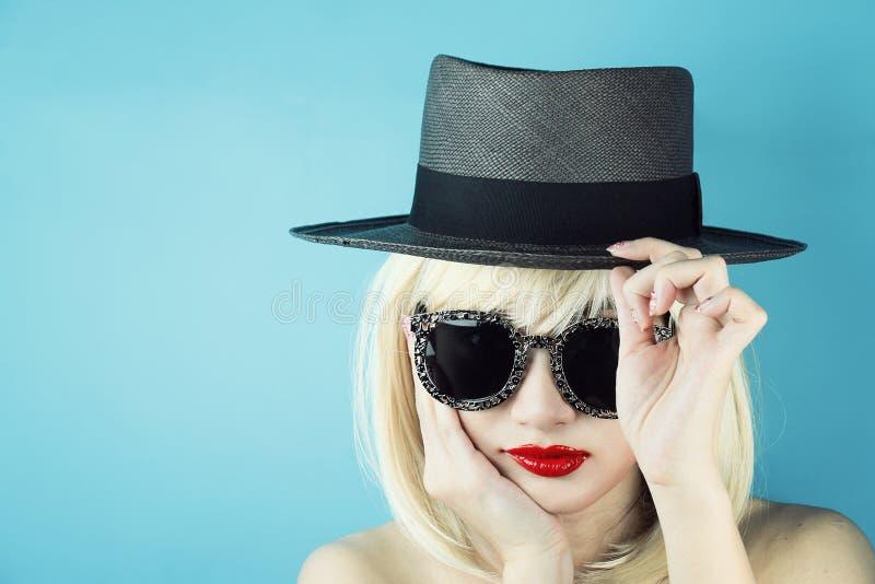 stilvolles schönes Modell der jungen Frau des Zaubers mit den roten Lippen stockfotos
