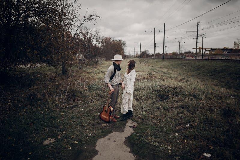 Stilvolles, sinnliches Hippie-Paar im boho kleidet, hübsches musici lizenzfreie stockbilder