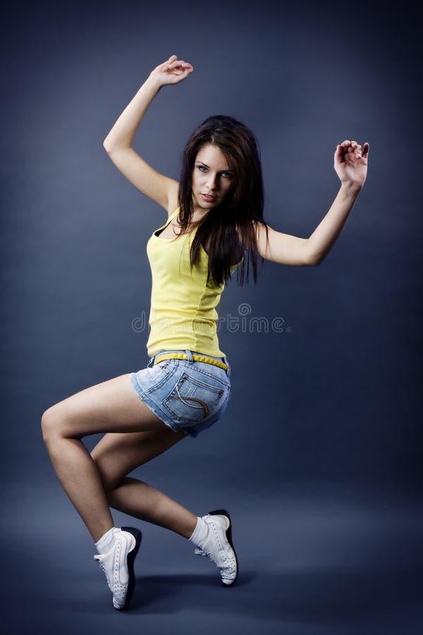 Stilvolles und kühles schauendes Tänzermädchen stockfoto
