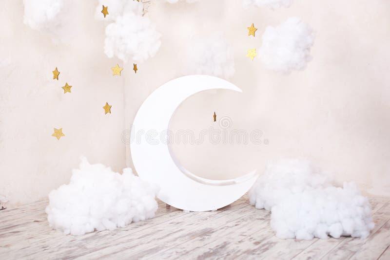 Stilvolles Weinlesekinderzimmer mit einem hölzernen Mond und Textilwolken Kinderstandort für eine Fotoaufnahme Mond mit Sternen u lizenzfreie stockfotos