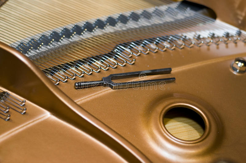 Stimmgabel auf einem Klavier lizenzfreie stockfotografie