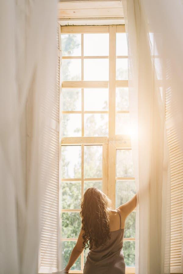 Stimmung des gutenmorgens Frauen-Ausstellfenster Ansicht von der Rückseite lizenzfreies stockbild