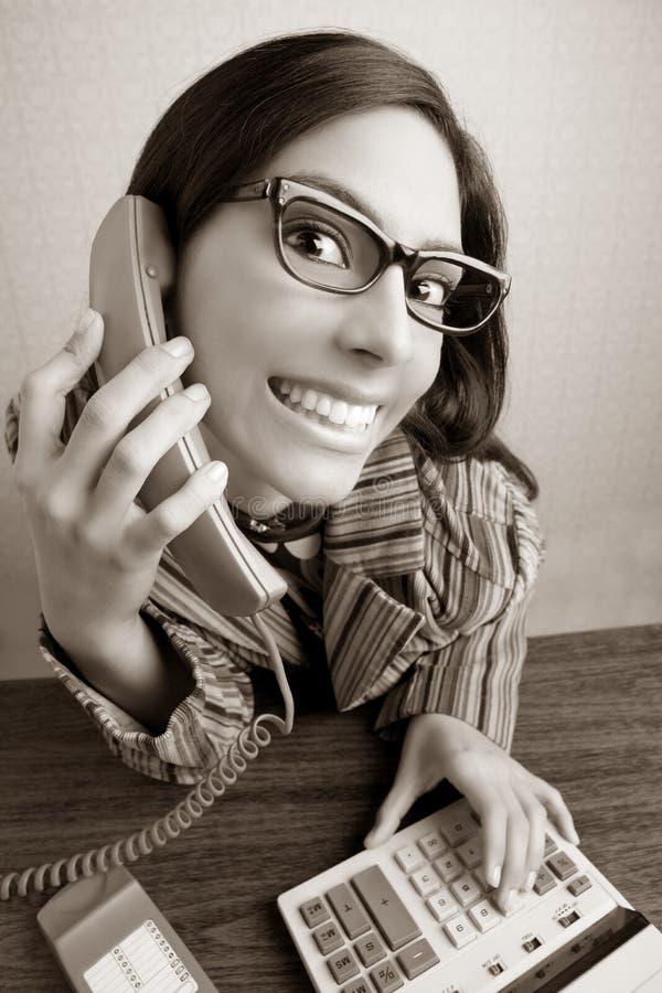 STIMMUNG-Telefonfrau des Retro- Sekretärs Weitwinkel lizenzfreie stockfotos