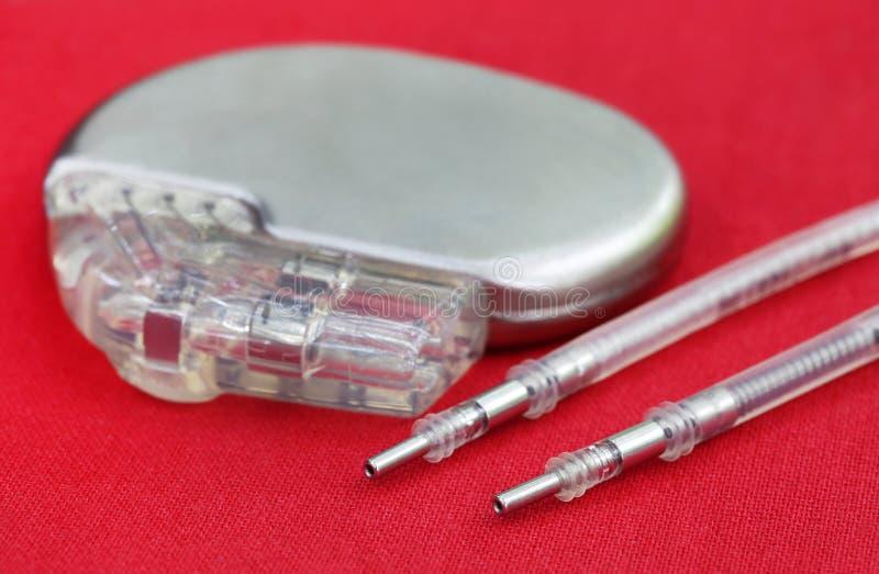 Stimolatore cardiaco con i cavi elettrici immagini stock libere da diritti
