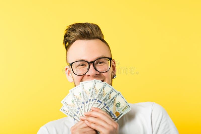Stipendio felice di somma del denaro contante del dollaro dell'uomo immagini stock