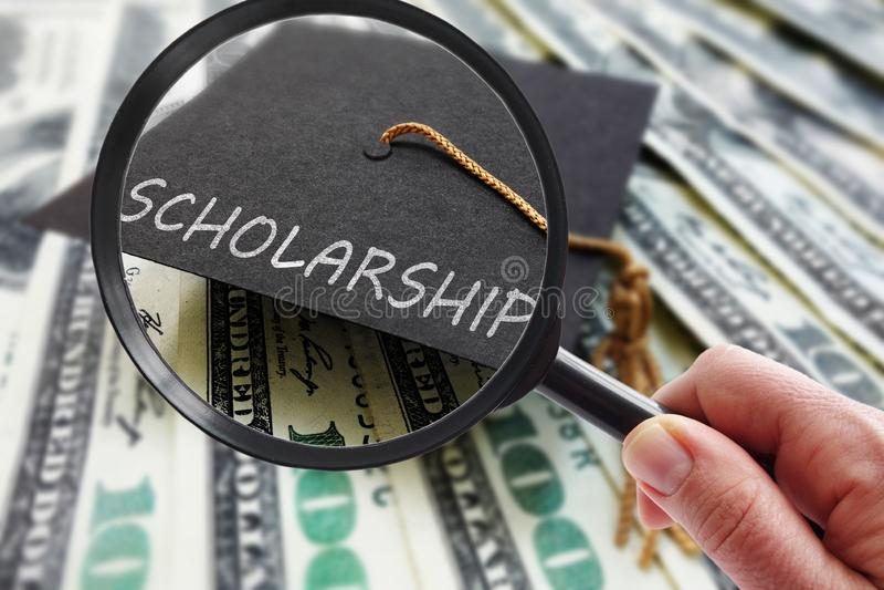 Stipendiumkappe vergrößert lizenzfreie stockbilder