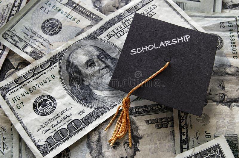 Stipendiumstaffelungskappe auf Bargeld stockfotografie