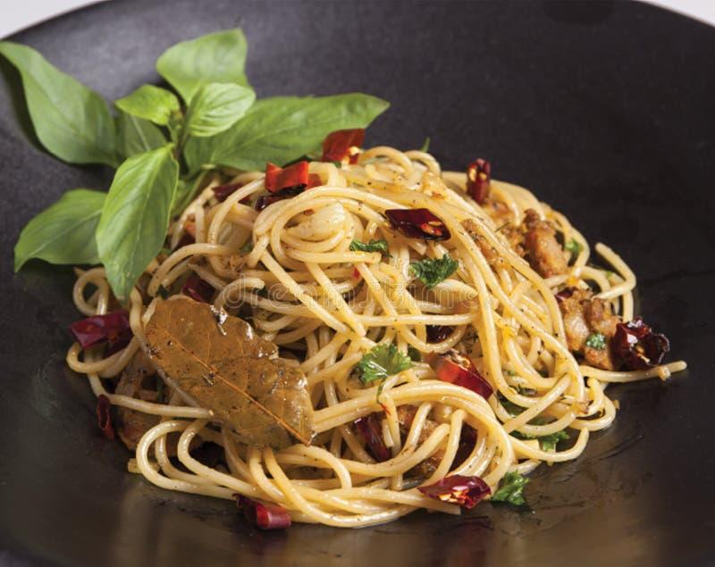 Stir-зажаренные спагетти с сосиской Чиангмая стоковые изображения rf