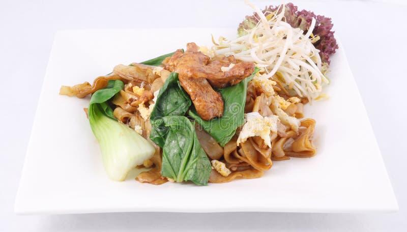 Stir asiático macarronetes de arroz lisos fritados. SE ew da almofada com galinha. fotos de stock
