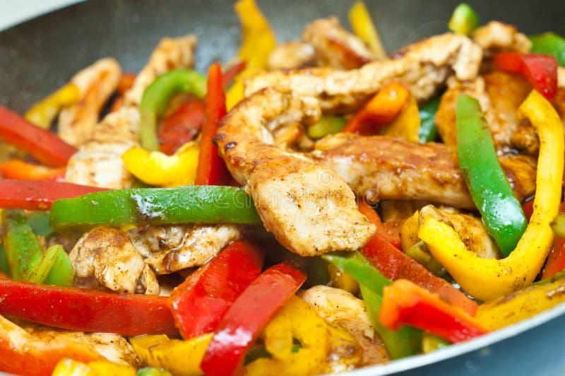 Stir delle verdure e del pollo fritto fotografie stock