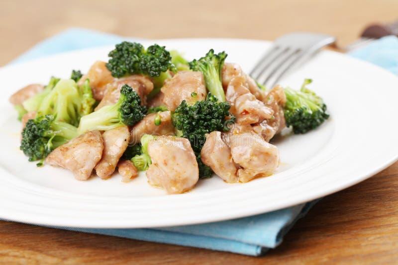 stir för broccolihönasmåfisk arkivfoton