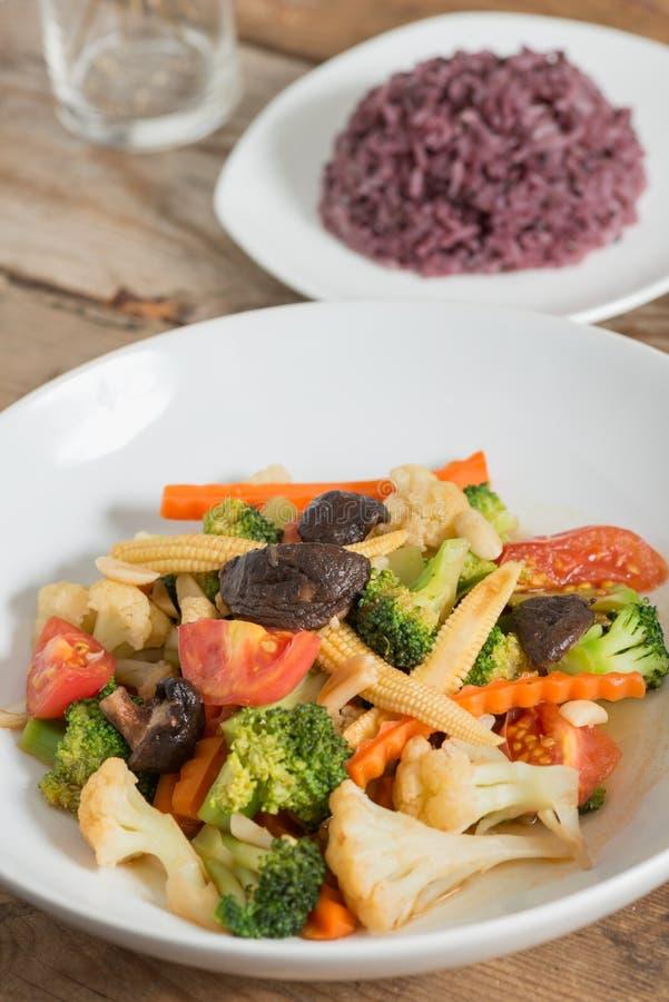 Stir-fried mezcló verduras con la baya del arroz imagen de archivo