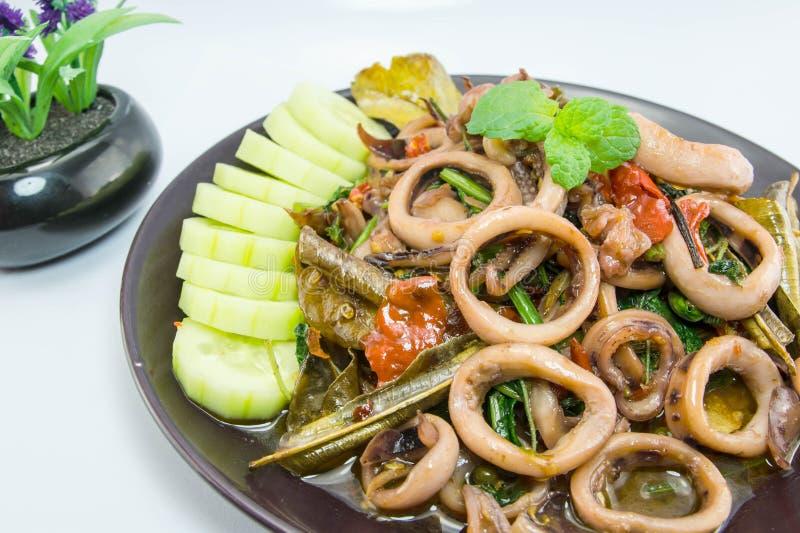 Stir-fried saló el huevo con el calamar en el plato, comida tailandesa tradicional fotos de archivo