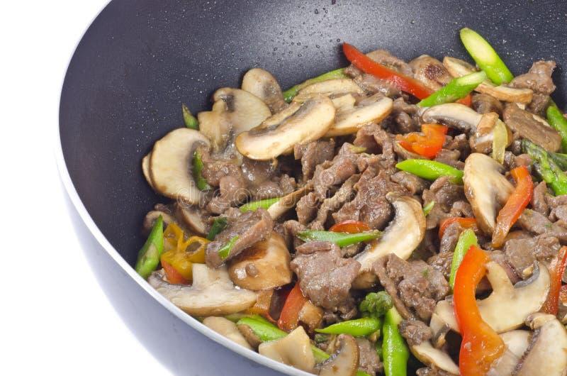 Stir-Gebratenes Rindfleisch mit Gemüse in einem Wok stockfotografie