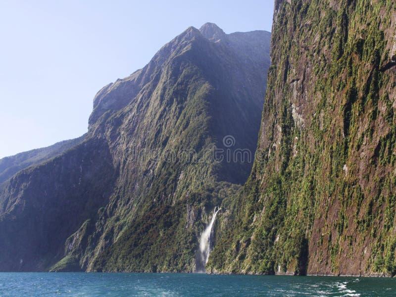 Stirling cai cachoeira em Milford Sound, Nova Zelândia fotos de stock royalty free