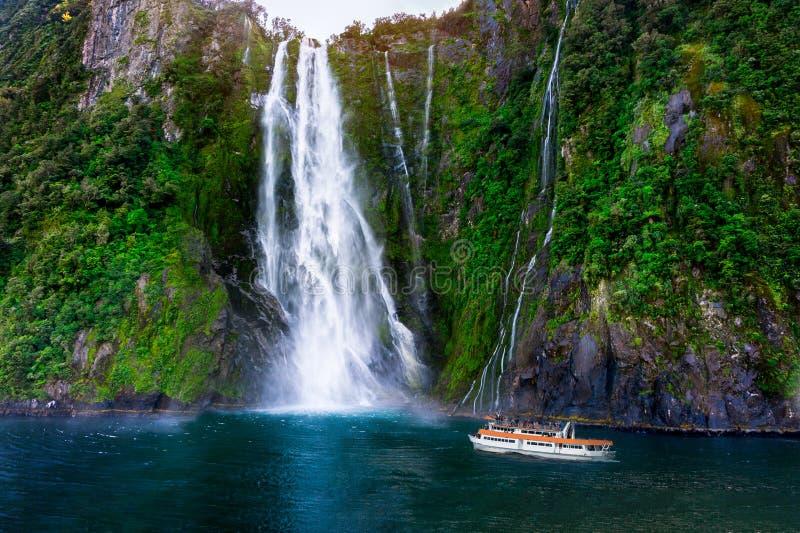 Stirling Falls At Milford Sound, Nueva Zelanda fotografía de archivo