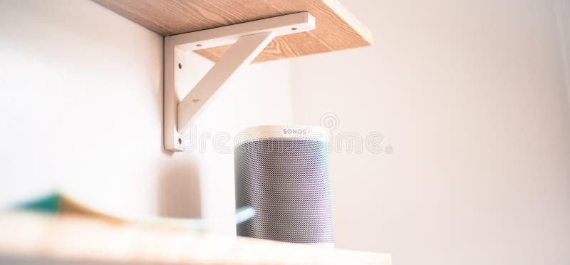 Stirling/Schotland - 7 Juli 2019: Sonos Één Slimme Spreker met Ingebouwde Alexa Voice Control, WiFi, Wit op witte backround stock afbeeldingen