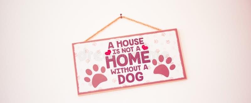 Stirling/Skottland - 7 Juli 2019: Ett hus är inte ett hem utan en hund royaltyfria foton
