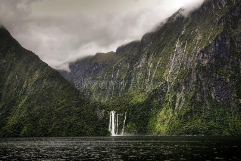 Stirling spadki, Milford dźwięk, Fiordland park narodowy, Południowa wyspa, Nowa Zelandia fotografia stock