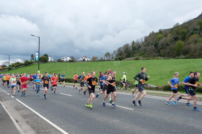 Stirling, Szkocja, UK - Kwiecień 29, 2018: Ołowiani biegacze pierwszy Srirling maraton obraz stock
