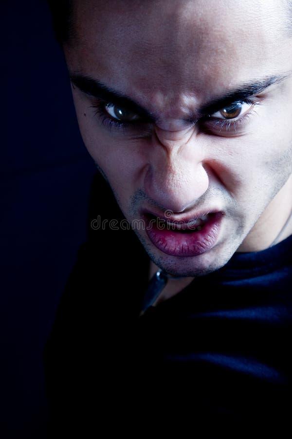 Stirnrunzeln des furchtsamen finsteren schlechten Vampirmannes stockfotos