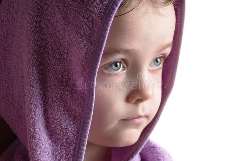 Stirra för huv för badrock för head stående för flicka bärande fotografering för bildbyråer